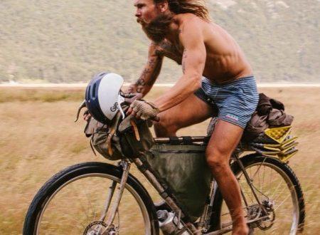 Odia lavorare, così abbandona la carriera per girare il mondo in bici
