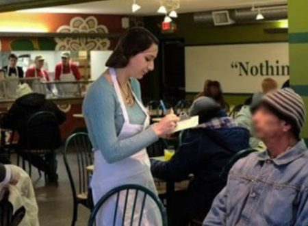 Cameriera tratta con molta gentilezza un vagabondo. Quando scopre chi è scoppia a piangere..