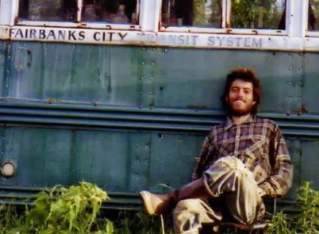 Questo è l'autoscatto più famoso di Christopher Johnson McCandless, viaggiatore statunitense , IN TO THE WILD