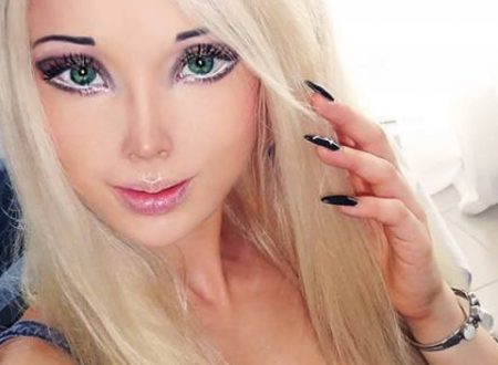 La Barbie umana senza trucco, così Valeria sembra un'altra persona