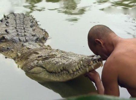 """Sciamano si getta in fiume con coccodrilli """"tranquilli ho i poteri"""": ucciso"""