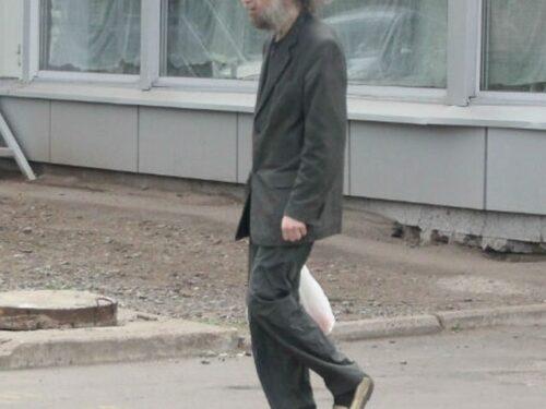 Un barbone a passeggio? No… è forse il più grande matematico vivente al mondo!